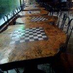 nagkalat ang mga chess pieces